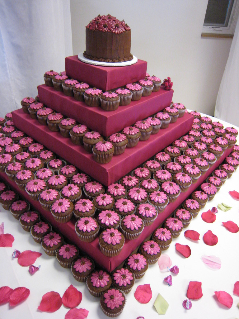 Cake Designs Using Cupcakes : Wedding Blogs: Cupcake Cakes!