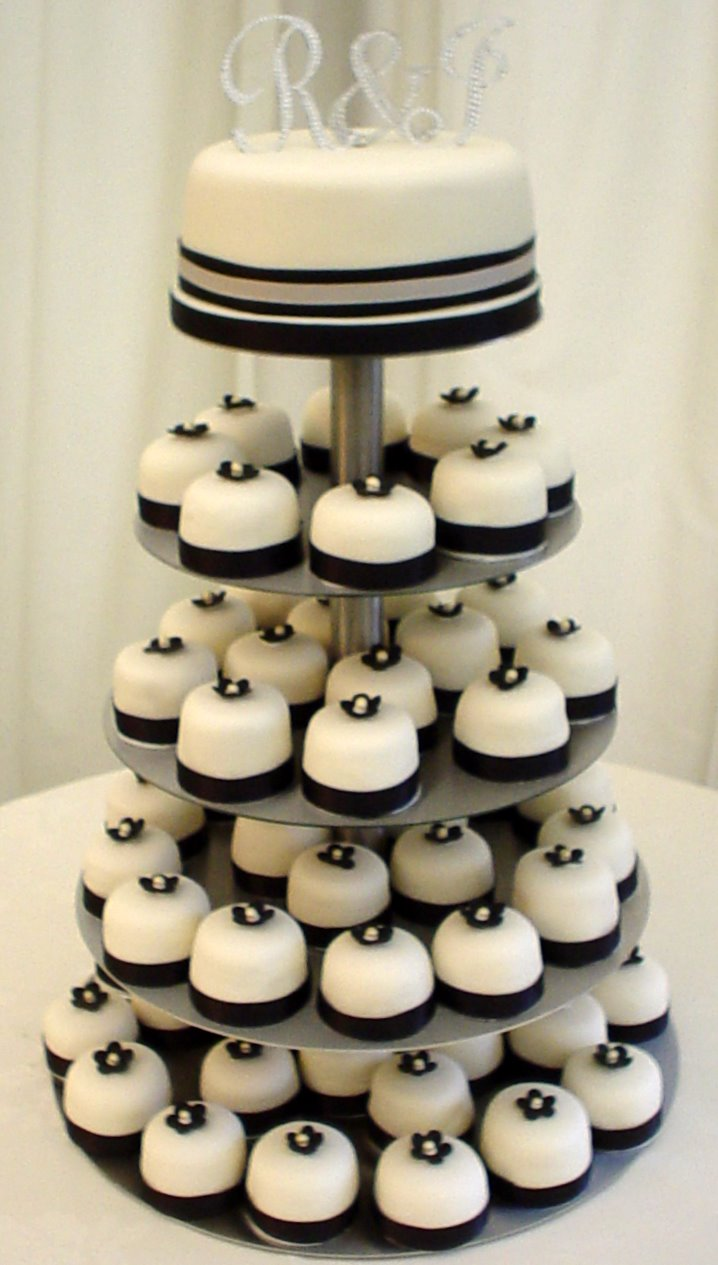 Wedding Blogs: Multiple & Mini Wedding Cakes!