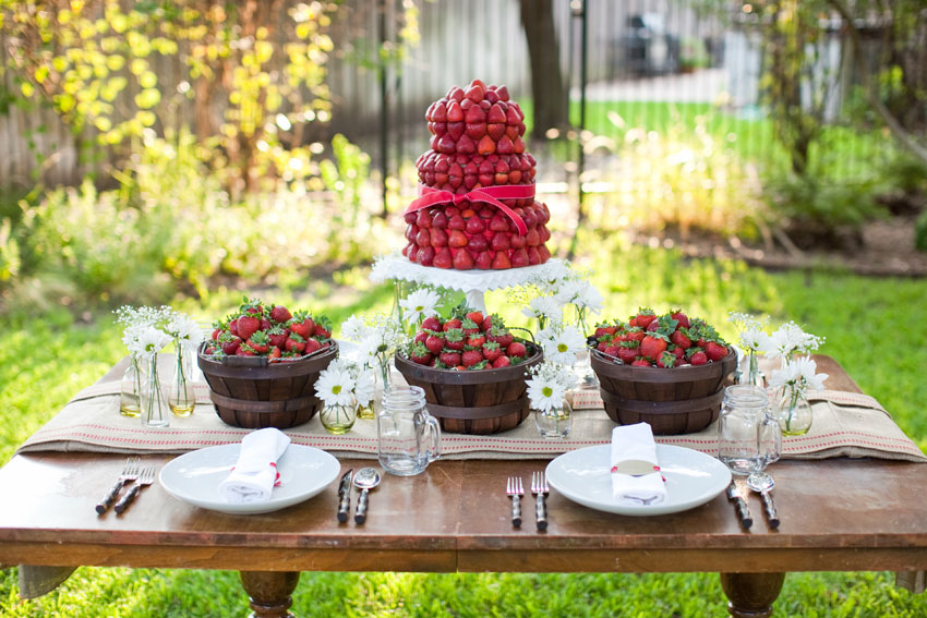 http://www.weddingwindow.com/blog/wp-content/uploads/2011/04/strawberry_centerpiece_1.jpg